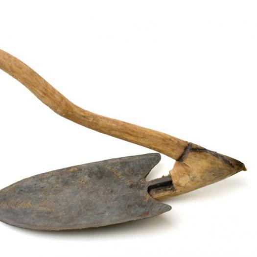 Grande houe à billonnage pour la culture des ignames (Dioscorea spp., Dioscoreaceae). Bénin. Coll. R. Pujol © MNHN - JC Domenech