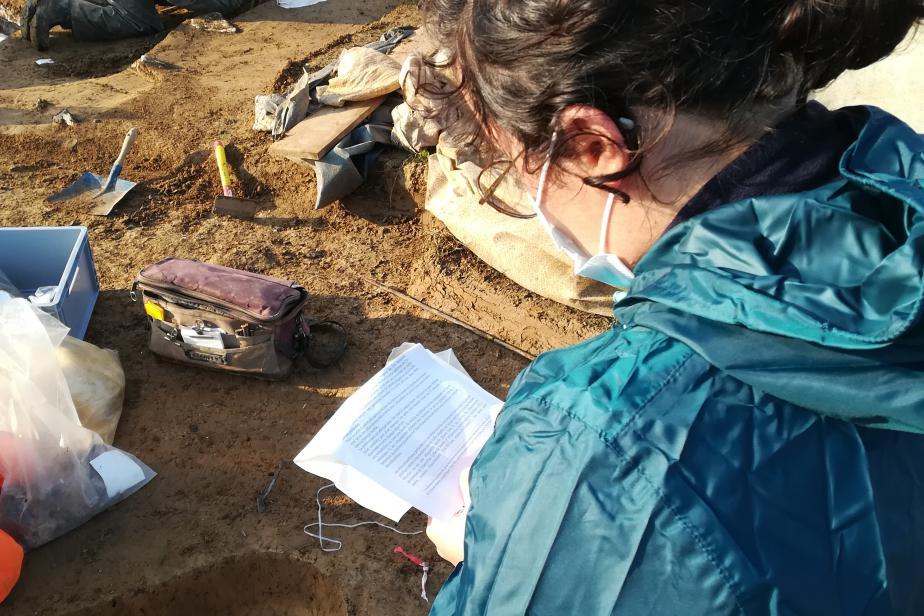 Prélèvements sur les fouilles de Tremblay-en-France (93). Remplissage de la fiche de prélèvement associée aux échantillons